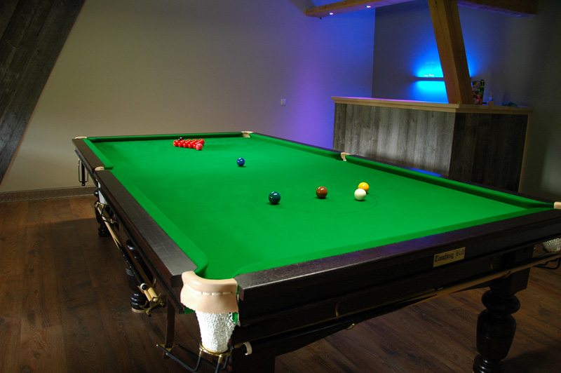 Touching Ball Snookertisch